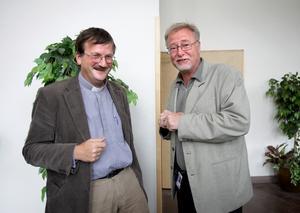 Strålade av lycka. Komminister Gunnar Persson och kyrkofullmäktiges ordförande Björn Flinth var glada som barn på julafton efter beslutet om att bygga ett nytt församlingshem.