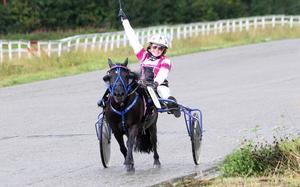 Erika Rosén Eriksson tar sin första seger för dagen med Hedningsb. Julius.