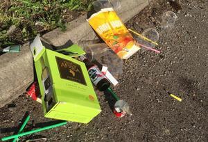 Vinbox, platsglas, ölflaskor, cigarettfimpar och annat skräp låg på backen vid Klockarbergsskolans fritidshem i Skinnskatteberg. Foto: Privat