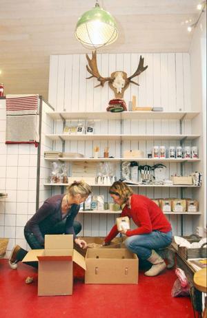 I augusti tog Karen Monsén och Titti Rönngren över lokalen mitt emot Coop. Under hösten har de åkt runt bland olika mathantverkare i länet för att se vad de producerar. Det är viktigt att kunna berätta om produkterna, menar de.