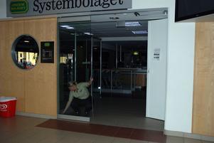 Systembolaget i Centrumgallerian tömde butiken och stängde dörrarna under det cirka halvtimmeslånga strömavbrottet i går eftermiddag.