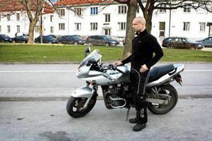 Fortfarande omkommer många motorcyklister i trafiken varje år. Men andelen döda minskar i förhållande till antalet registrerade motorcyklar i trafik. Peter Folkesson tror att medelföraren har blivit mer förnuftig.