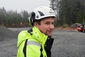 Joakim Bryntesson är ansvarig platschef för bygget av vägen.