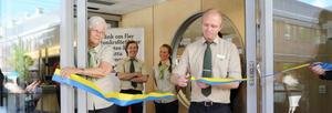 Butikschefen Daniel Göransson får äran att klippa bandet under invigningen.