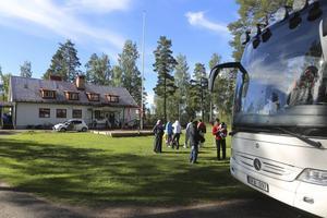 På bilden syns den buss som transporterade de 26 asylsökande till Krokströmmens vildmarkscamp.