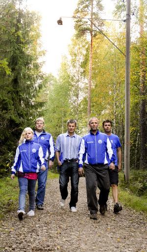 Hoppas på ljus. Rebecka Fallqvist, Daniel Fallqvist, Jan Bragner, Mikael Karlsson och Tomas Karlsson från Frövi IK:s skidsektion hoppas att kommunen löser problemet med den dåliga belysningen vid elljusspåret. Görs inget kommer det att vara mörkt i vinter.