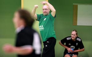 HHK-tränaren Ulf Sandin påkallar uppmärksamhet för ett byte under en av de allsvenska matcherna ifjol. I år har dock stora delar av truppen redan bytts ut – den med mest rutin.