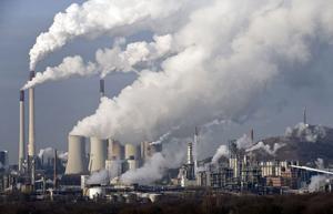Att koldioxidutsläppen skulle påverka den globala uppvärmningen är seklets största bluff, anser Sture Åström.