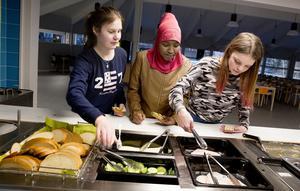 Elin Sebell, Kaltun Abdullahi och Filippa Jonsson från klass 6B tar för sig av fruskosten som serveras för dagen.