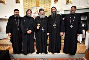 Biskop Abakir i mitten med sina präster Michael, Bernaba, Tobias  och Moussa.
