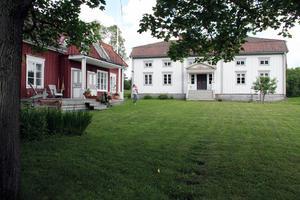 Hälsingegård Skogens hette från början Skoga. Det är i den vänstra halvan av det vita huset, byggt 1851, som man har renoverat så fint.
