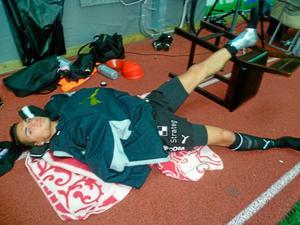 Ahmed Yasin med sin skadade fot i högläge.