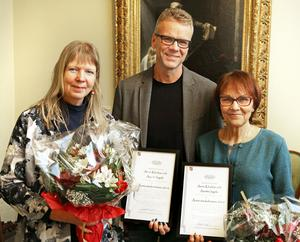 Barn- och utbildningsförvaltningens chef Lars Kratz flankerad av Årets medarbetare 2016 Anette Ingels, till vänster, och Anne Klockar.
