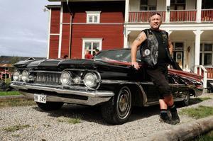 Torbjörn Heinlaid äger området som klubben hyr. Men även han har ett stort intresse för bilar och utanför sitt hus har han parkerat sin cabriolet från 1959. Jag är det första svenska ägaren, och förmodligen den sista, säger han.