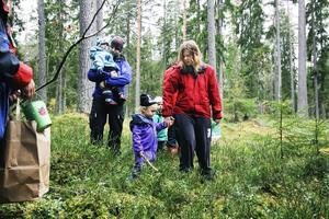 Ett tiotal barn och föräldrar var med när Knytte-gruppen gick på djurpromenad i skogen.