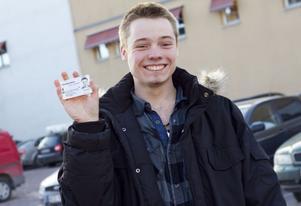 Rasmus Gudmundsson såg fram emot sin 18-årsdag och visar nu gärna sin legitimation. Han tipsar nu blivande 18-åringar att stanna upp och inte göra något förhastat så fort man blir myndig. Som att köra iväg med bilen på en gång eller dricka sig full.