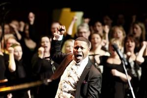 Gospelledaren Walter Owens, körledare, solist och minister of Music and Art i Salem Baptist Church i Chicago, dirigerade den sjungande skaran på seneen.