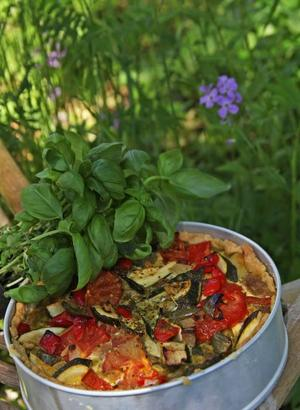 Vegetarisk paj. Den vegetariska pajen dignar av blandade grönsaker i smakfull ägg- och pestofyllning.
