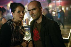 Ruggig stämning. Sidse Babette Knudsen och Finbar Lynch spelar huvudrollerna i den irländska serien Proof, vars upptakt får gott betyg av tidningens recensent.