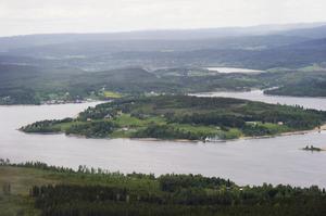 Bara en fjärdel av fastigheterna på Dekarsön har kommunalt vatten eller vatten- och avlopp. Nu utreds en utbyggnad av va-nätet.