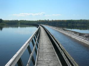VATTEN ÖVER VATTEN. På några ställen går Korsnäs tre mil långa timmerränna rakt över sjöar. Som här  vid Klittesjön,  bara några kilometer från inloppet vid Untrafjärden.