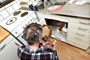 Björn Norlin visar morgonens fynd under sin diskbänk.