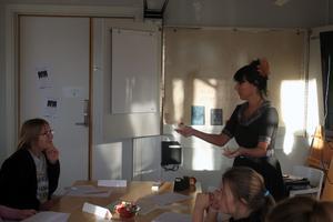 Författaren Lena Ollmark höll en workshop i att skriva en spökhistoria på biblioteket i Leksand.