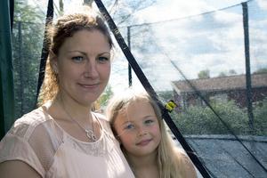 Alicia, sju år, skadade armen när hon ramlade. Läkarna på vårdcentralen missade skadan och mamman Linda Hagander har anmält händelsen till patientnämnden.