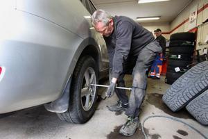 Just nu är det mycket jobb för däckfirmorna med byte av däck. Mats Olsson byter däck på en personbil.