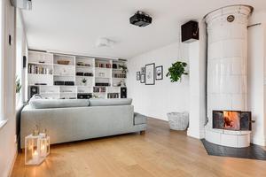 Vardagsrum med kakelugn.Foto: Länsförsäkringar fastighetsförmedling