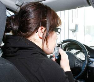 """Sedan årsskiftet ska alla inom Sveriges trafikskolors riksförbund ha alkolås i sina bilar. Här gör Karin Blom en test innan hon kan ge sig i väg på körlektion. """"Alla får blåsa och det känns jättebra att ha den"""", säger körskolläraren Anita Löfgren."""