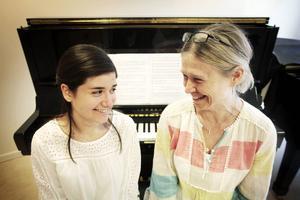 Lilit Najjar tillsammans med sin musiklärare Maria Björs till höger.