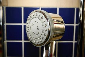 Äldre cirkulationspumpar förbrukar mer energi än både kyl och spis. En ny modern pump kräver upp till 80 procent mindre energi.Att välja rätt duschmunstycke kan spara mycket varmvatten under ett år.
