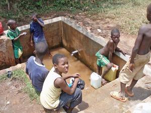 I en by utanför huvudstaden Kampala har över 20 brunnar grävts och byggts av välgörenhetsorganisationer för att invånarna ska få tillgång till dricksvatten.Foto: Barn- och utbildningsförvaltningen