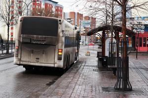 Pernilla Bergsten, busspendlare från Borlänge, har reagerat på att bussarna går länge på tomgång.