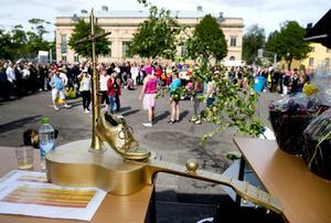Guldtrofén, priset som man kämpat hela året för att vinna. Musikesteterna har ställt upp för sitt dansnummer.