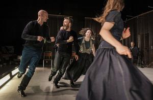 Karmer kring blå, av koreografen Örjan Andersson var de tredje dansföreställning som ingick i Residans-projektet. Den skapades bland annat under repetitioner i Ljusdal.