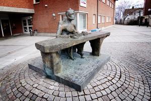 Skulpturen Bordet, kallad Byråkraten, kan eventuellt flyttas till Stadshustorget. Den är utförd av konstnären Willy Gordon (1918–2003) och fick sin nuvarande placering 1985.