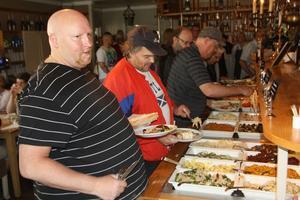 Jari Lehtola från Gävle tar för sig av maten. När han senare fick ge ett omdöme sade han: Kanongott.
