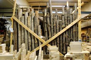 Träet står först utomhus och sedan inomhus och torkar, innan det sågas.