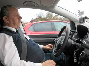Väntar igen. Börge Lindgren tycker att det är onödigt mycket väntan vid trafikljusen i Västerås. Värst är det på natten när det knappt är någon trafik. Det finns bra trafikljus men rondeller är bäst, påpekar han.
