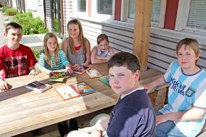 Daniel Harrysson, Malin Zätterlund, Astrid Anens, Jennifer Söder och Ville Viljanen går i klass 5 på Celsiusskolan och tog chansen att byta böcker med varandra på Stora Bokbytardagen.