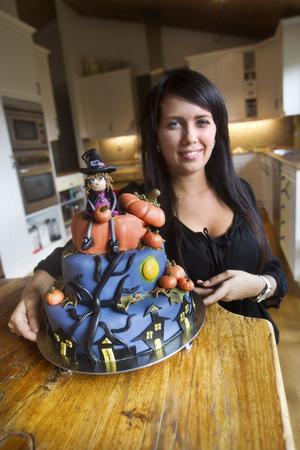 """Tårtkalas i helgen? """"Den här tårtan räcker nog till omkring 40 personer"""" uppskattar Sabina Viklund. Receptet nedan avser en tårta ungefär så stor som bottenvåningen på denna. Foto: Kenneth Hudd"""