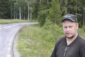 Utfarten från gården och busshållplatsen för hans son ligger precis innan en sväng där sikten är dålig.