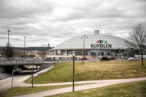 En kvinna i 40-årsåldern har dömts till dagsböter för ringa stöld på Kupolen i Borlänge. Hon stal kläder och smink för 875 kronor.