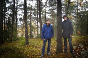 Lars-Örjan Kling och Carl-David Sundstedt är aktiva i Kummelvägens grannsamverkan. De har skrivit ett yttrande till kommunen om att inte fullfölja sina planer om att bygga på bergskanten där de står eftersom det skulle skugga deras villor i bakgrunden mer än vad det höga berget redan gör.