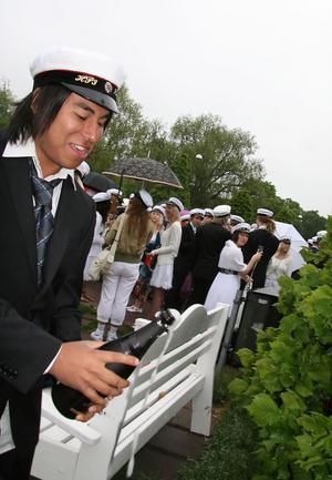 Hugo Norin öppnar sin första champagneflaska någonsin.