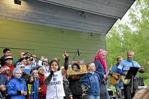 """""""Inga mera selfies"""". Den sången sjöng barnen från fritids på Kumlaby skola. Maniya Malekpour sjöng solopartierna."""