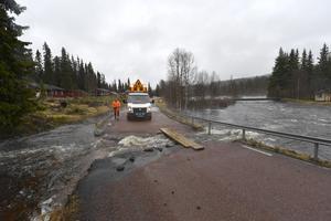 Vägen mellan Gördalen och Norge är avskuren sedan en bäck blivit en flod.