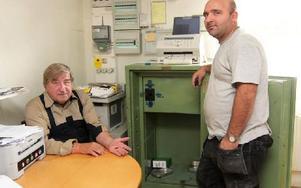 Tjuven hade så bråttom att nyckeln gick sönder i låset. Bengt Kraft och Ekrem Mehmeti känner obehag efter inbrottet. Foto: Lisa Persson/DT